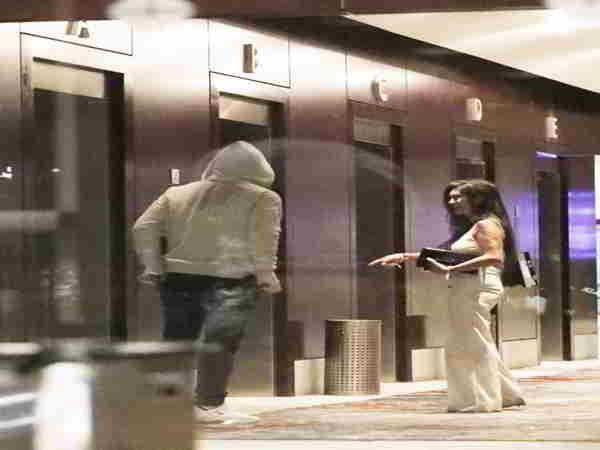 Huyền thoại MU Rooney lén lút ôm gái lạ khiến bà xã tức giận