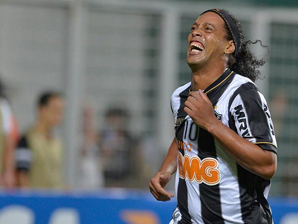 Hậu trường sân cỏ 17/9 : Ronaldinho chịu phạt 1,3 triệu USD để lấy hộ chiếu
