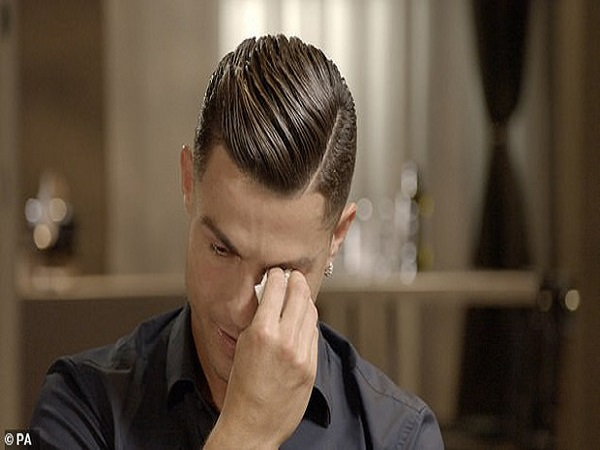 Ronaldo rơi nước mắt khi nghe lời khen của người bố quá cố