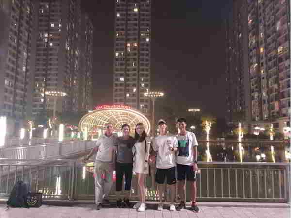 Đình Trọng cùng gia đình đi ăn mừng sinh nhật bạn gái