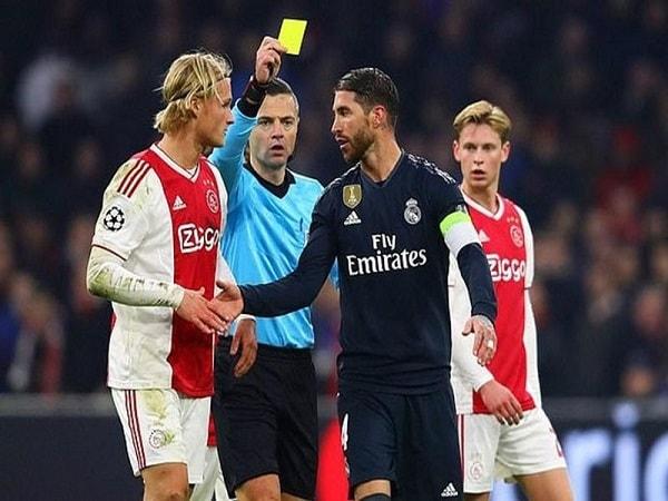 Tẩy thẻ là gì? Tại sao cần phải tẩy thẻ trong bóng đá?