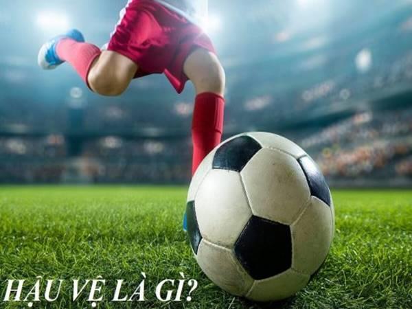 Hậu vệ là gì? Vai trò của hậu vệ trên sân trong bóng đá